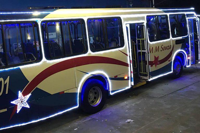 Ônibus iluminado da MM Souza transporta população gratuitamente até a vila natalina na Estação